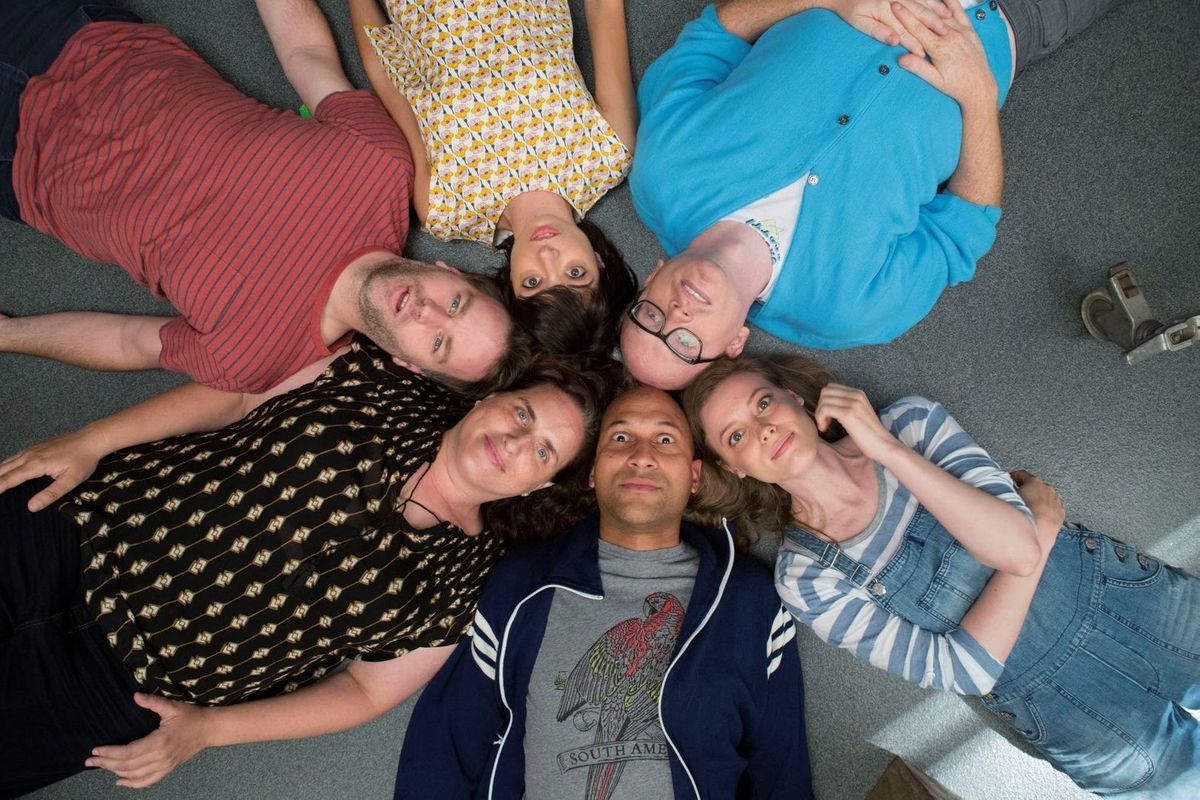 Suositussa improvisaatioseurueessa ovat Keegan-Michael Key (alhaalla keskellä), Tami Sagher, Mike Birbiglia, Kate Mincucci, Chris Gethard ja Gillian Jacobs draamakomediassa Don't Think Twice.